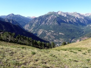 Looking south from the grassy knoll toward Ouray (foreground) and the peaks flanking the Million Dollar Highway including distinctive Red Mountain.